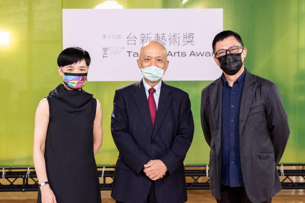 台新藝術基金會董事長鄭家鐘(中)、執行長鄭雅麗(左)、決選主席黎煥雄合影