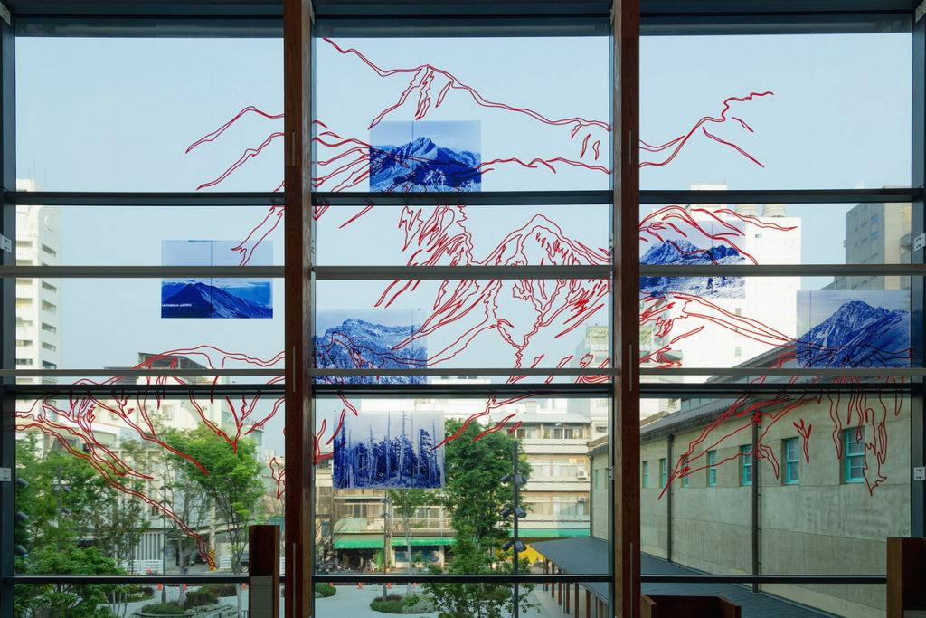 捕風景的人-方慶綿的影像與復返2樓玻璃帷幕(圖片由嘉義市立美術館提供)