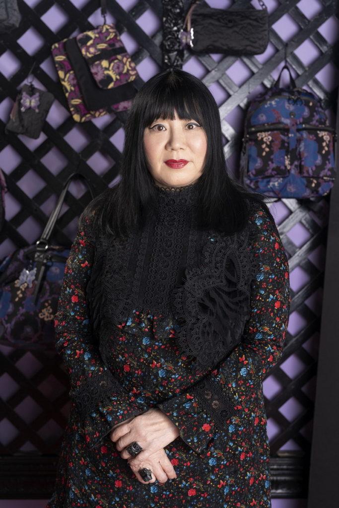 ANNA SUI深受Kipling的Live.Light理念感動,設計出「袋」著女孩追逐搖滾舞台及夢想的時尚包款