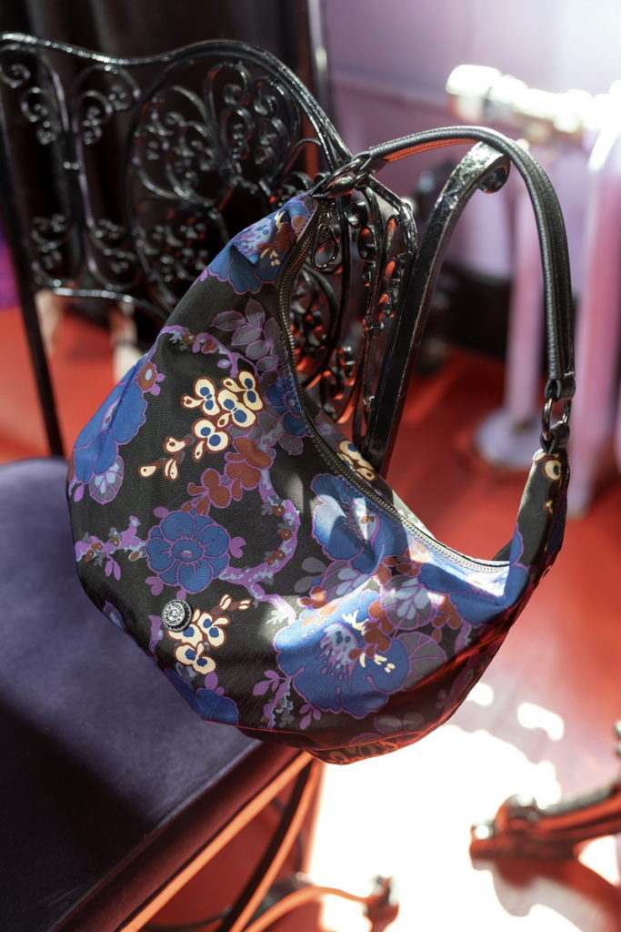 Kipling x ANNA SUI++系列的HOLLYHOC BLACK搖滾冬青羽蝶印花象徵祝福、可貴的生命,包面以沉穩深藍色為底