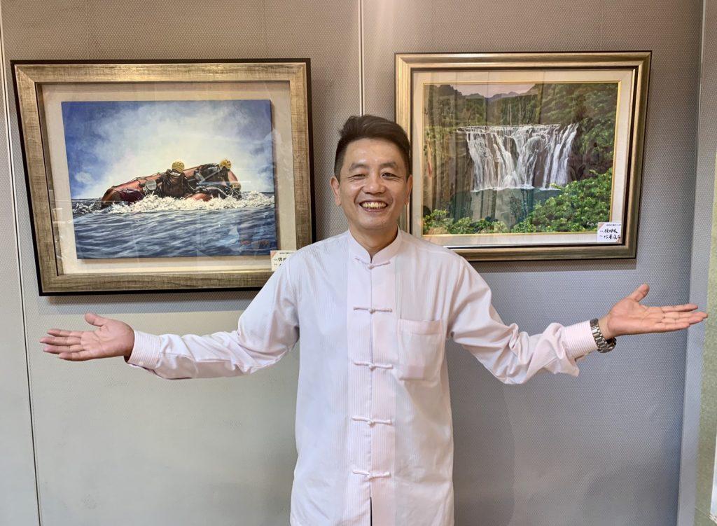 鍾坤宏老師與其展出之畫作合影