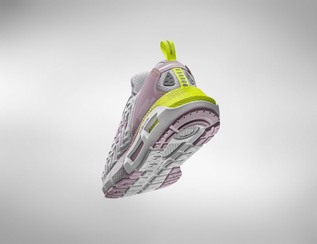 UA Clone採用Auxetic拉脹材質,可適應每個跑者腳型與步幅,在靈活變向切換時完美貼合。