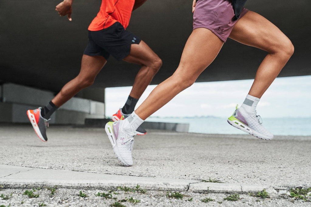 UA為跑步愛好者打造一雙能依據腳步移動彎曲、穩定貼合的足下利器「UA HOVR Mega 2 Clone」。