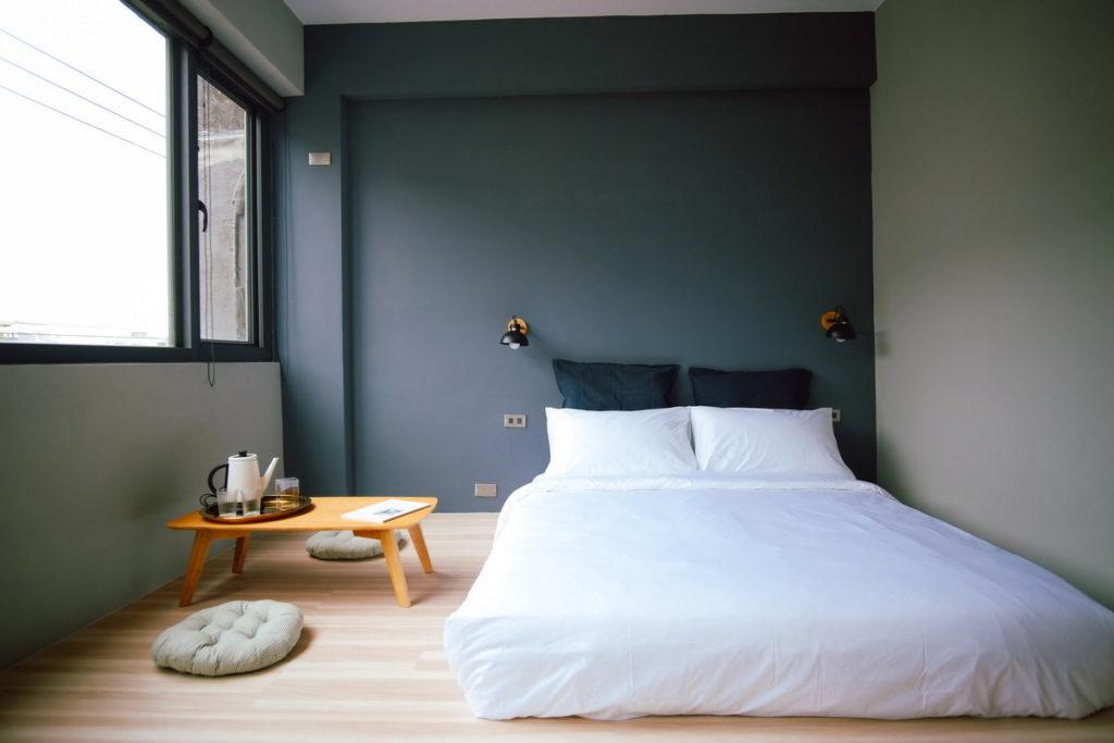 「基隆」的「粼島旅宿」風格舒適有質感,近年來成為當地熱門民宿。(圖片由Booking.com提供)