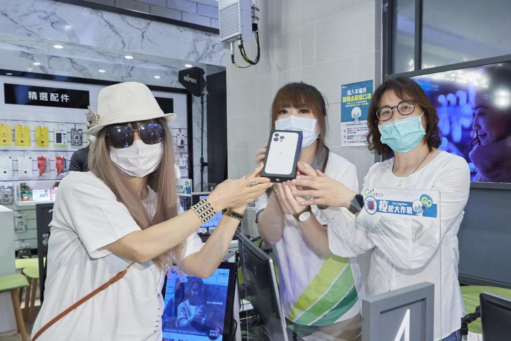 亞太電信行銷中心副總經理鄧美慧(右一)交機予瘋排9天8夜的頭香果粉神小姐(左一)。