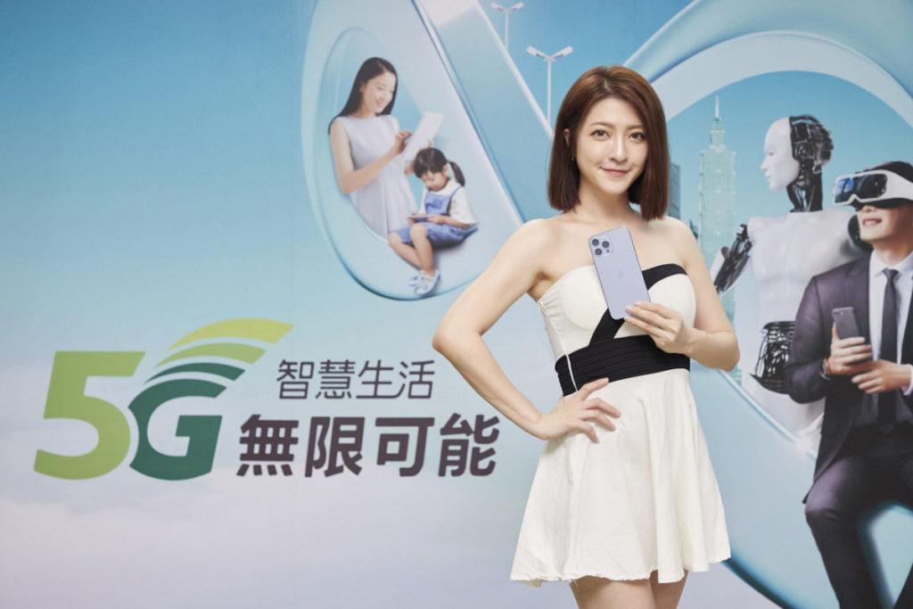 亞太電信(24日)於Gt智慧生活台北三創門市,舉辦「全民舞吉 搶新iPhone」限量首賣活動。