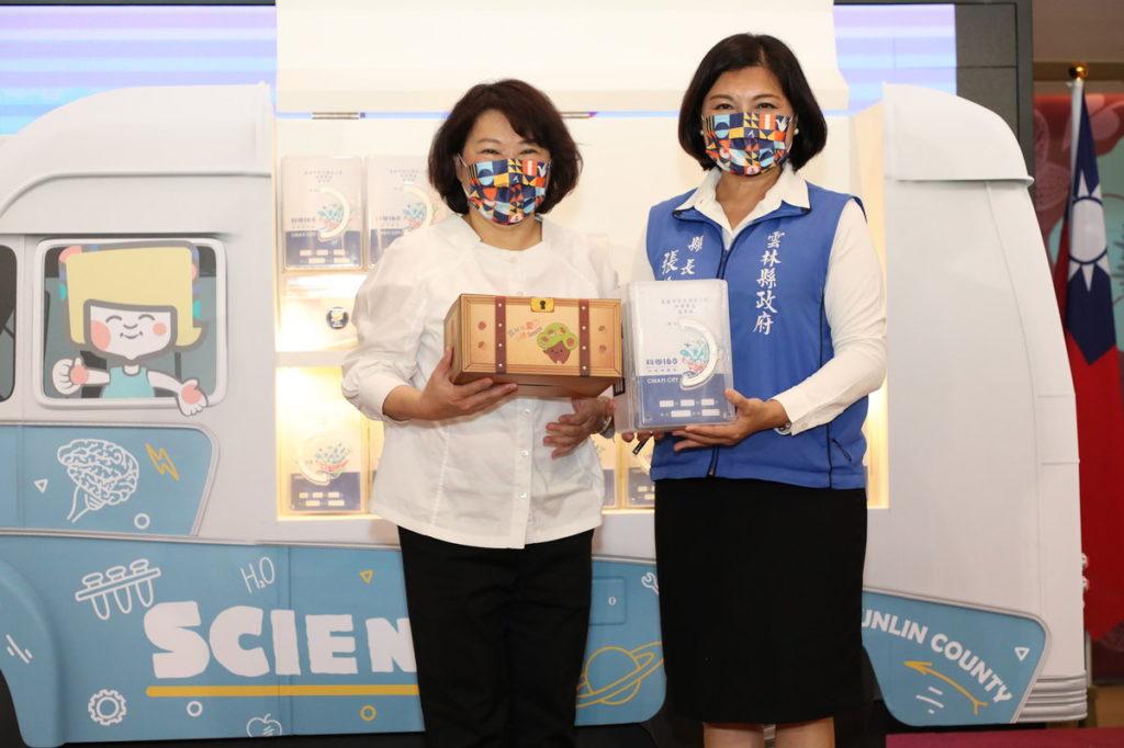 黃敏惠市長(左)與張麗善縣長(右)贈送儀式