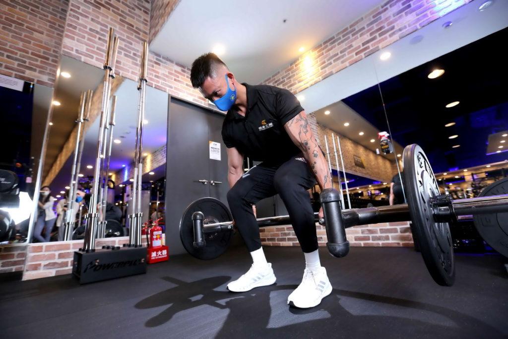 健身工廠教練推薦能有效強化臀部及腿部肌群的「六角槓硬舉」。