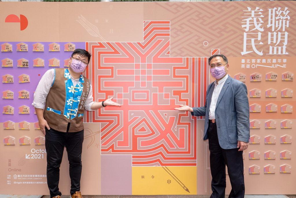蔡炳坤副市長及徐世勲主委在祈福牆留下祝福,希望疫情消除、大家都平安健康
