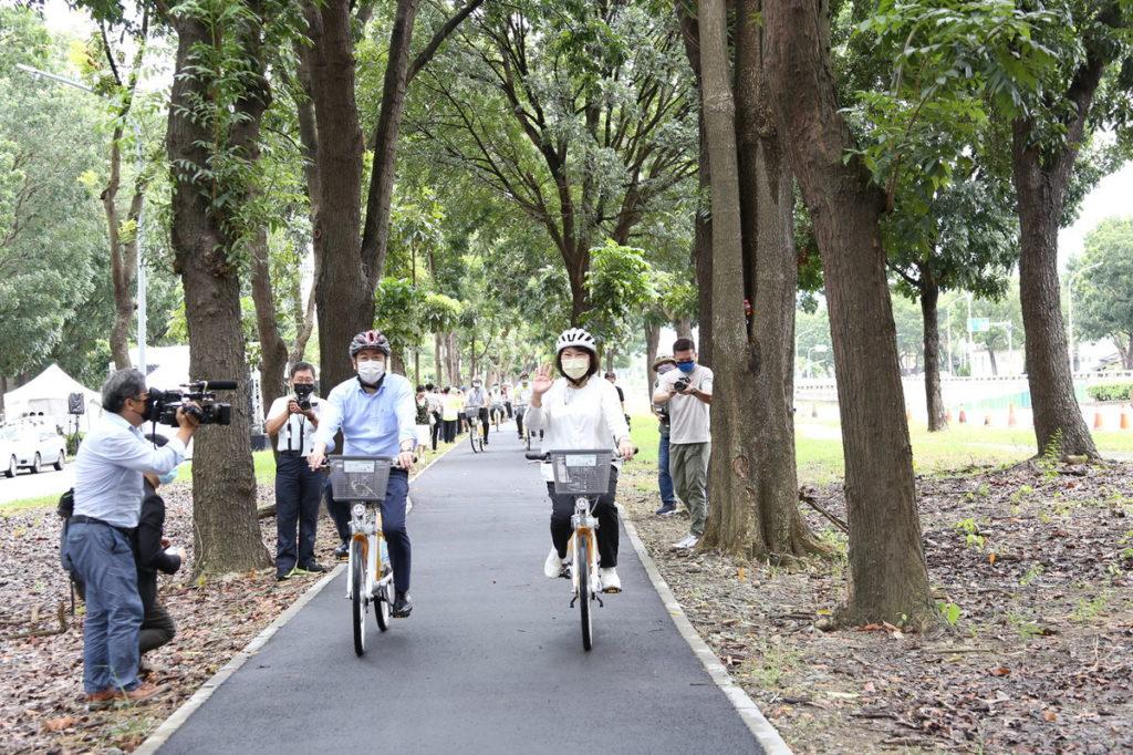 黃敏惠市長與內政部陳宗彥政務次長騎自行車