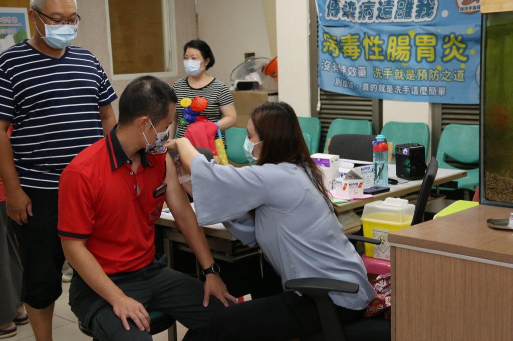 民眾接種流感疫苗