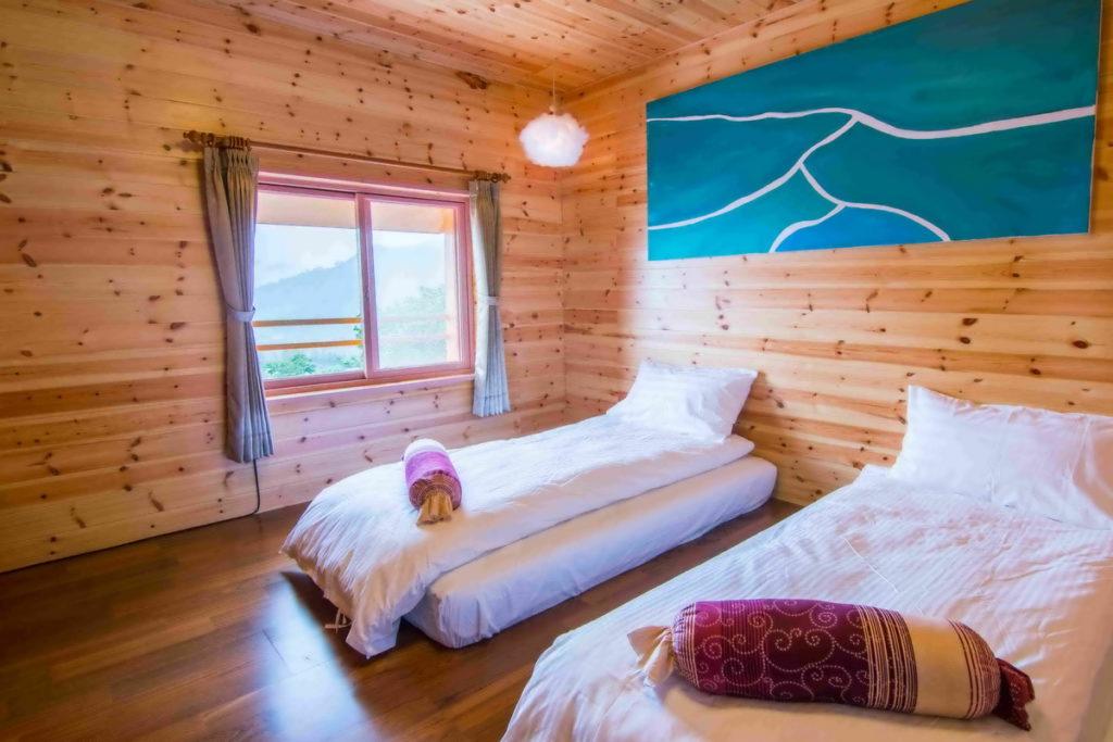 「阿里山初日」原木裝潢的房間寬敞且大方。(圖片由Booking.com提供)