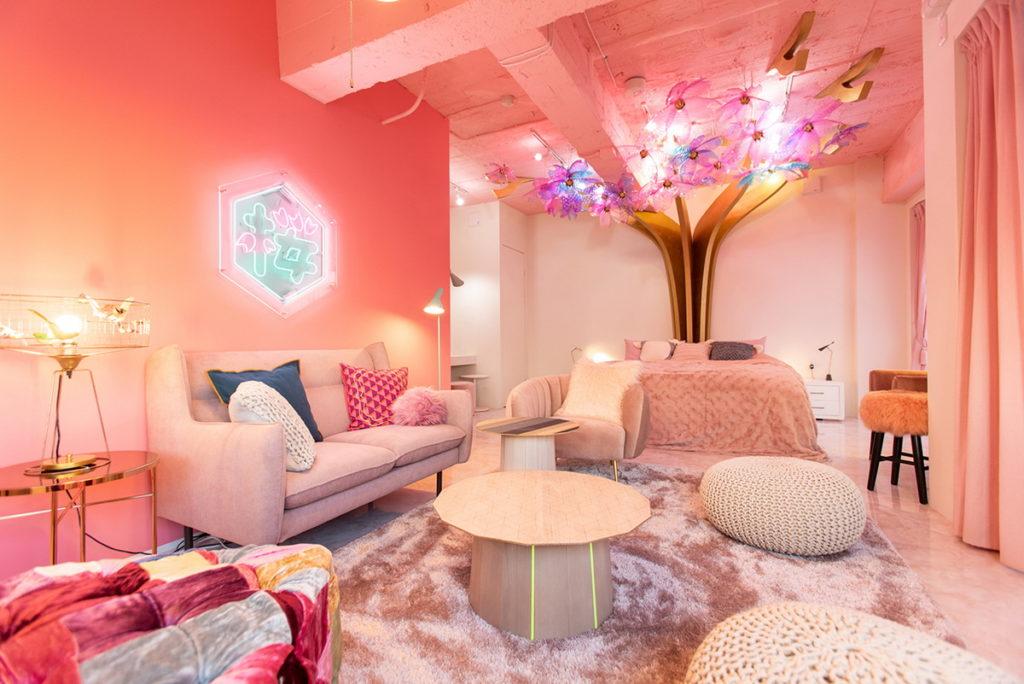 床頭長出七彩櫻花樹的「SAKURA房」也是不容錯過的特色房型。(圖片來源:©ASOBISYSTEM)