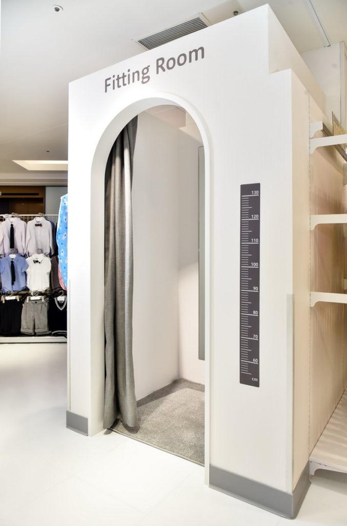 店內貼心設置幼兒專用試衣間,讓爸媽能夠更加輕鬆購物(台灣阿卡將本舖提供)