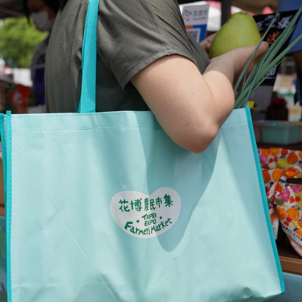 滿300元即可兌換蒂芬妮藍環保購物袋(大)。