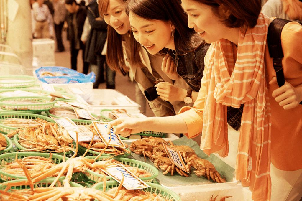 """被稱為""""市民廚房""""熱鬧非凡的近江町市場"""