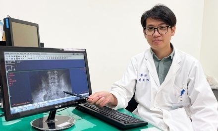 脖子卡卡如機器人 小心僵直性脊椎炎在作怪!